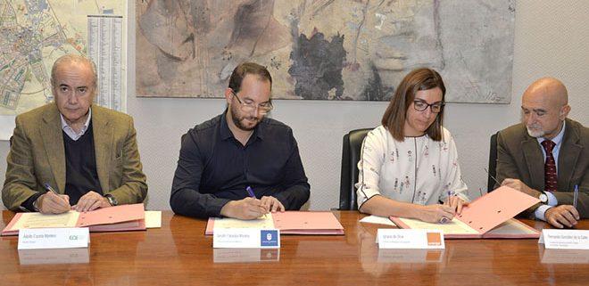Firma del convenio entre el ayuntamiento de Valdeomoro, EOi y Orange para el programa Sé Digital